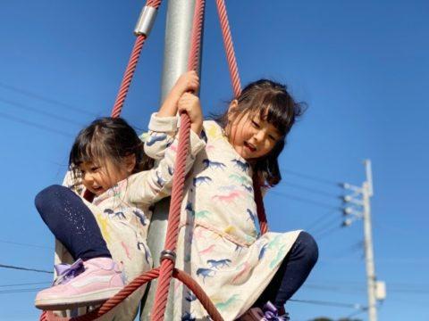 遊具で遊ぶ女の子二人