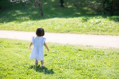 芝生で遊ぶ女の子