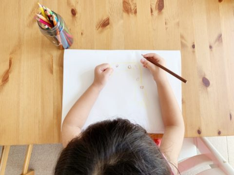 字を書く子供