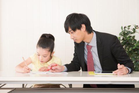 家庭教師に勉強を教えてもらう女の子