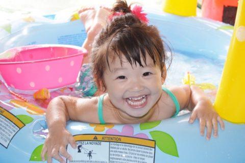 プールに入る小さな女の子