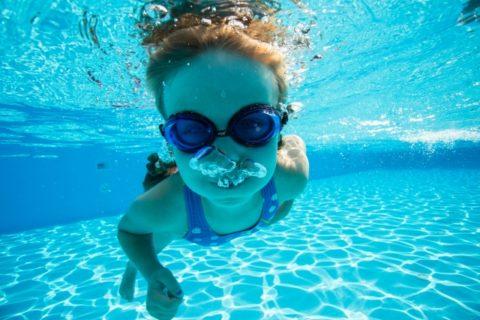 水に潜る女の子