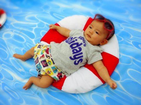 うきわの上に載る赤ちゃん