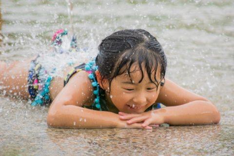 水場で遊ぶ女の子