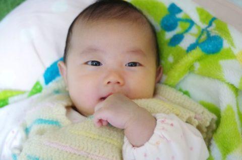 指吸をする赤ちゃん