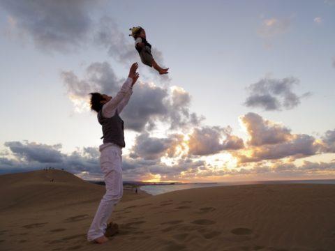 赤ちゃんを上へ投げるパパ