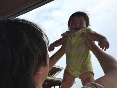 高い高いされる赤ちゃん