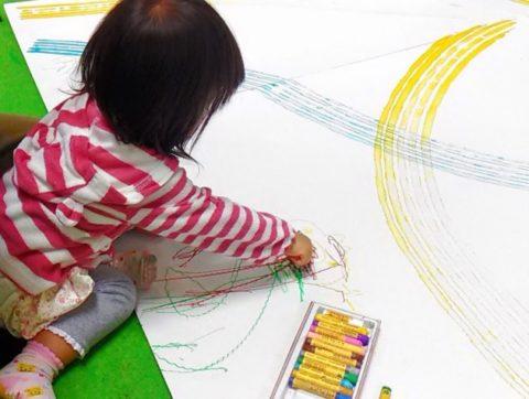 絵を書く赤ちゃん