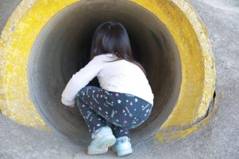 トンネルに入る女の子