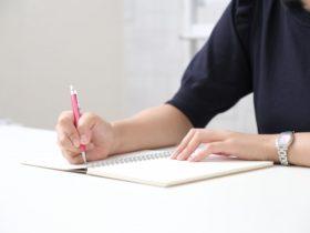 紙を書く女性