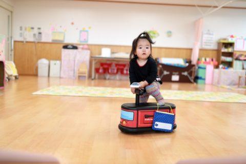 保育室で遊ぶ子供