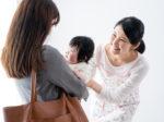 保育園に赤ちゃんを預けるママと預かる保育士