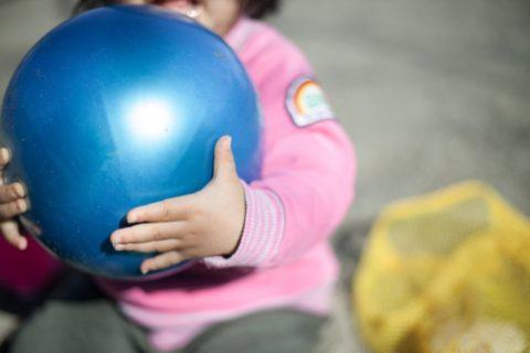 ボールを持つ子供
