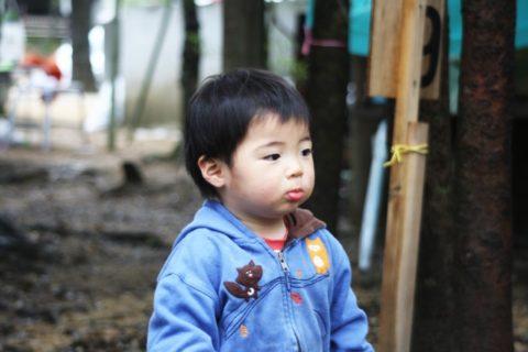 戸外で遊ぶ1歳児