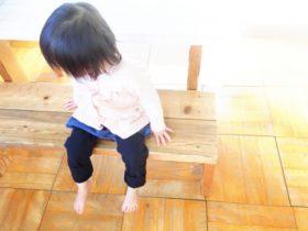 椅子に座る1歳児