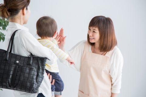 赤ちゃんをママから預かる保育士
