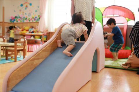 室内の遊具で遊ぶ赤ちゃん