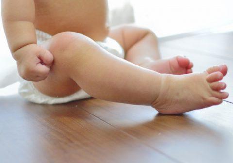 赤ちゃんの便秘解消の方法7選【綿棒刺激とマッサージ】