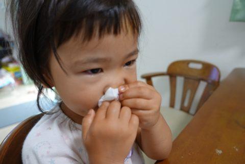 鼻をかむ赤ちゃん