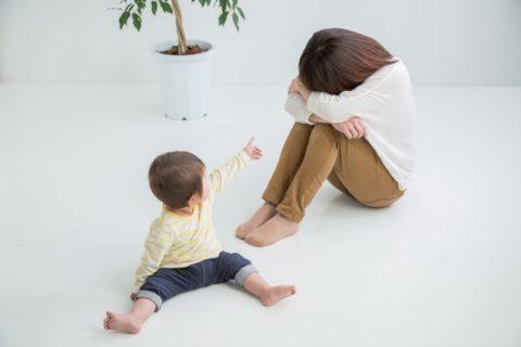 指さす赤ちゃんと泣く女性