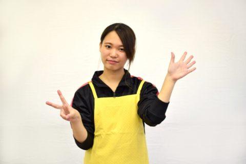 手遊びをする保育実習生