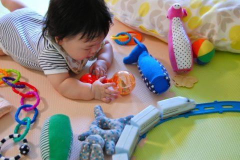 たくさんのおもちゃであそぶ赤ちゃん