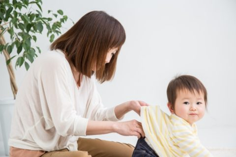 赤ちゃんのおむつをチェックする保育士