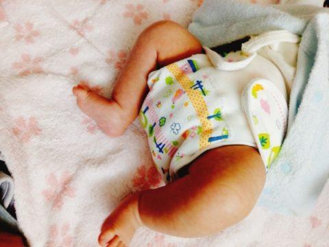 おむつを履く赤ちゃん