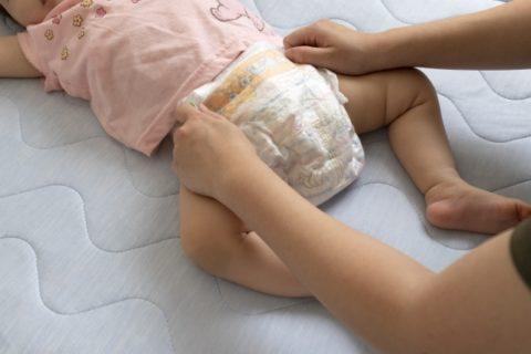 おむつ交換される赤ちゃん
