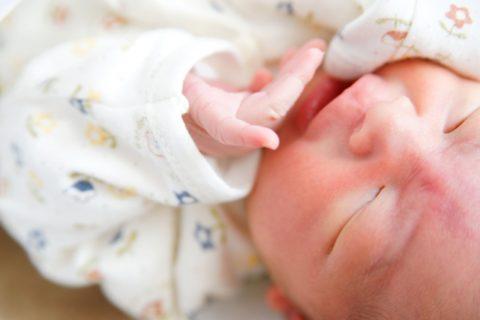 泣く新生児