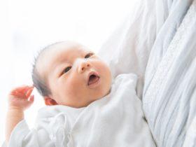 ママに抱っこされる新生児