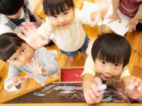 お絵描きをする園児たち