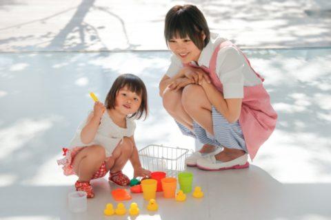 おもちゃで遊ぶ子供と保育士