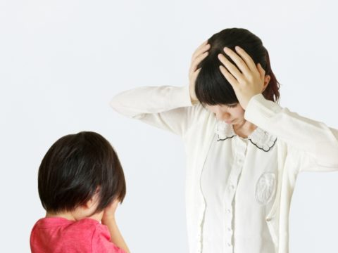 泣く子供と悩む女性