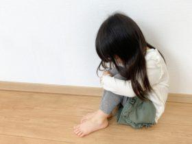 膝を抱え込み悲しむ女の子