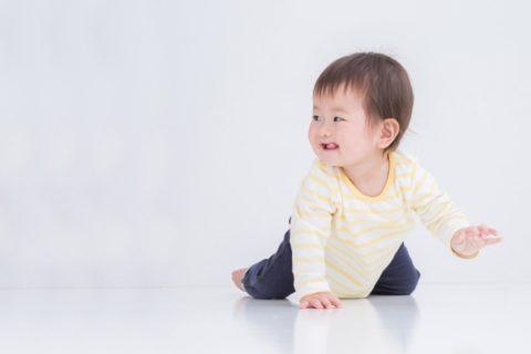 笑顔でハイハイする赤ちゃん
