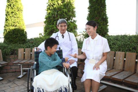 病棟保育士と医師と子供