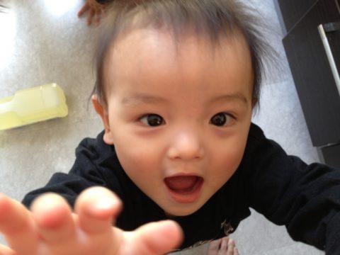 抱っこを求める赤ちゃん