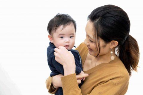 ママに抱っこをされる赤ちゃん