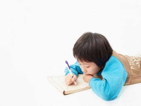 絵を書く男の子