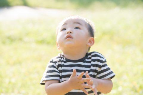 青空を見上げる赤ちゃん