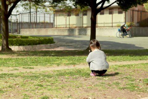 戸外で遊ぶ子供