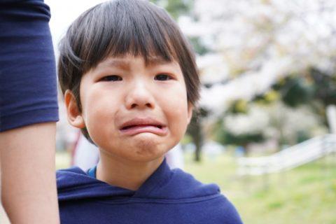 泣きそうな男の子