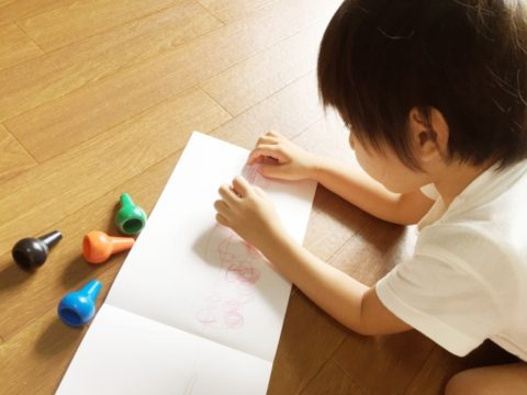 お絵描きをする男の子