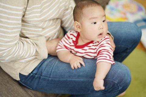 ママの膝に座る赤ちゃん