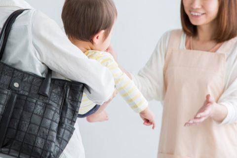 赤ちゃんを預かる保育士