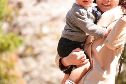 入園式へ向かうママと抱っこされる子供