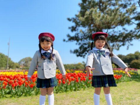 入園式へ向かう二人の女の子