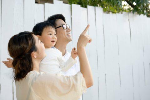 家族で遊ぶ赤ちゃん