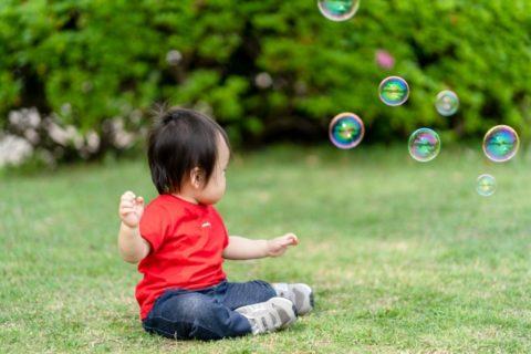シャボン玉で遊ぶ赤ちゃん